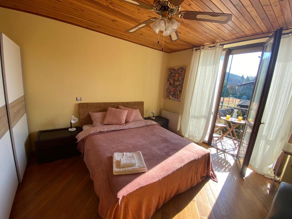 Posteľ alebo postele v izbe v ubytovaní Dom pri jazere s výrivkou