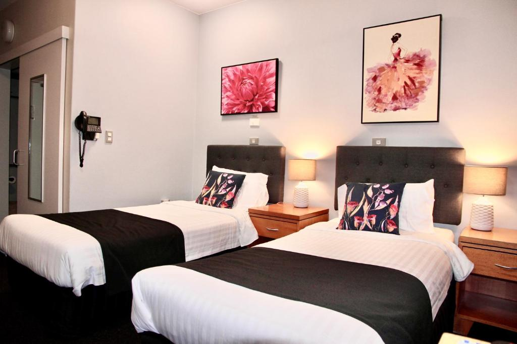 A bed or beds in a room at Mariners Court Hotel