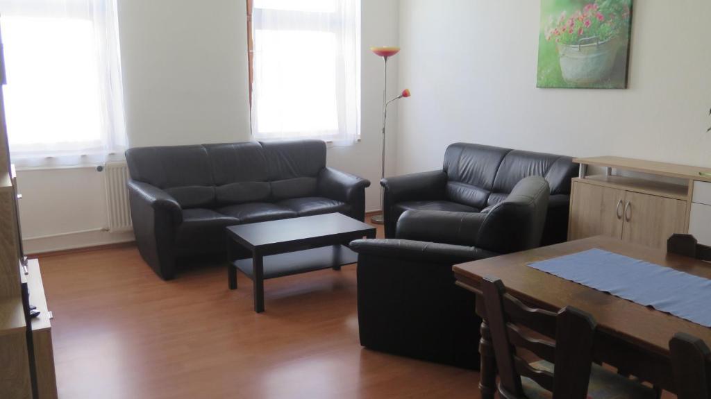A seating area at Johnny's wohnen auf Zeit