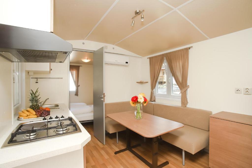 A kitchen or kitchenette at Mediteran Travel Mobile Homes Baško Polje