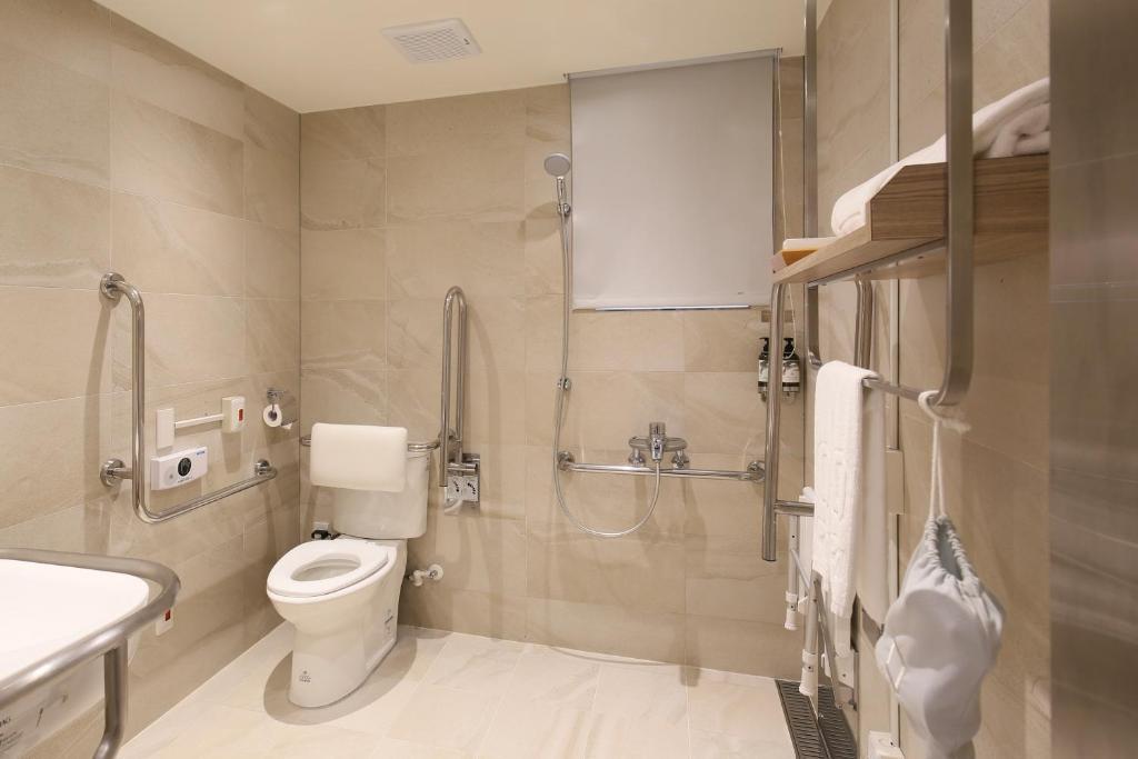 A bathroom at Dandy Hotel-Daan Park Branch
