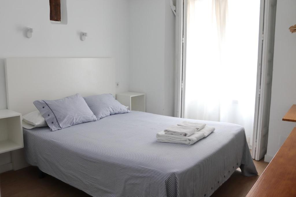A bed or beds in a room at Hostal La Zona