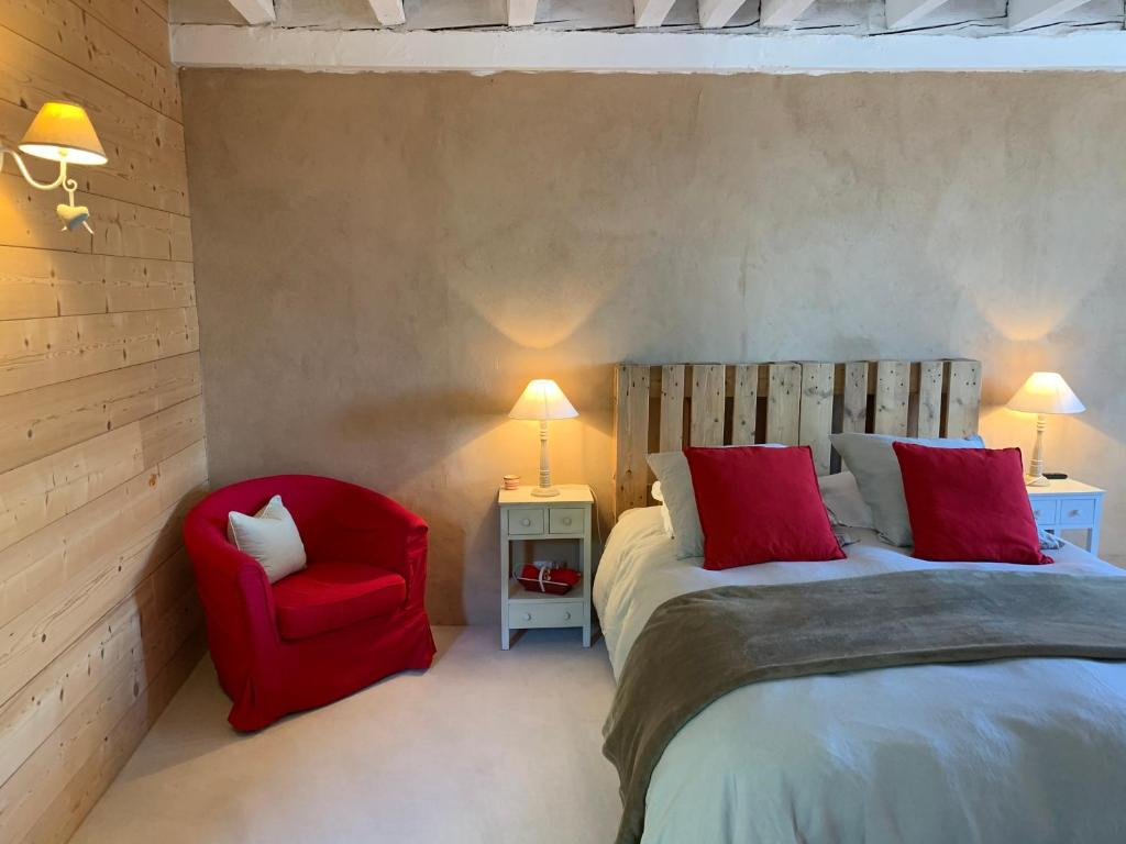 A bed or beds in a room at La Colonie - Maison d'Hôtes et Gîtes