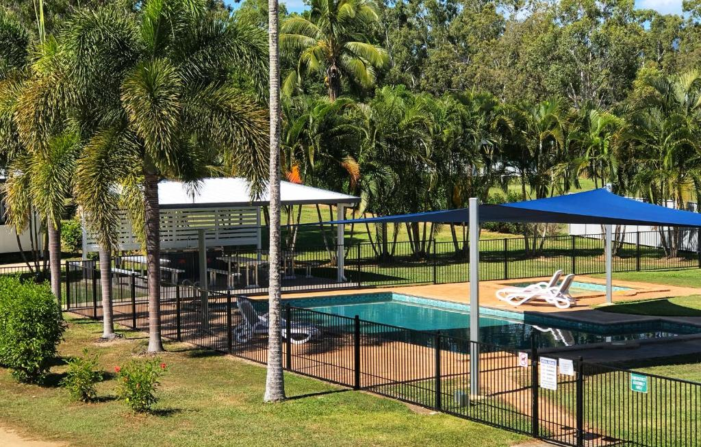 A view of the pool at Crystal Creek Caravan Park or nearby