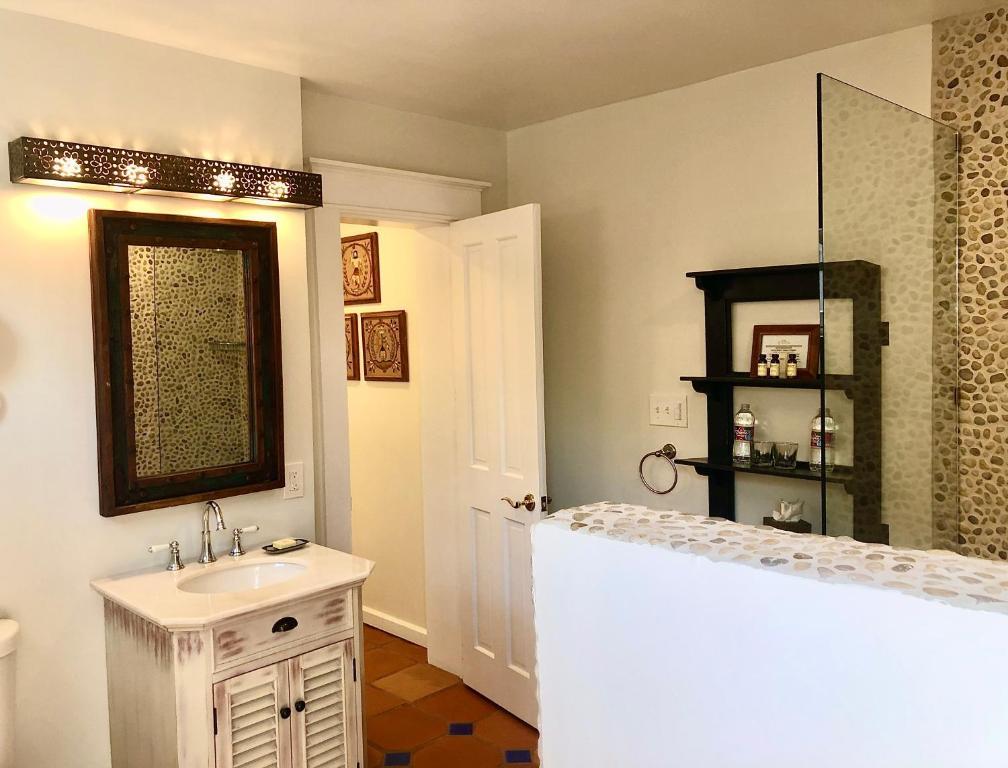 A bathroom at Casa Culinaria - The Gourmet Inn