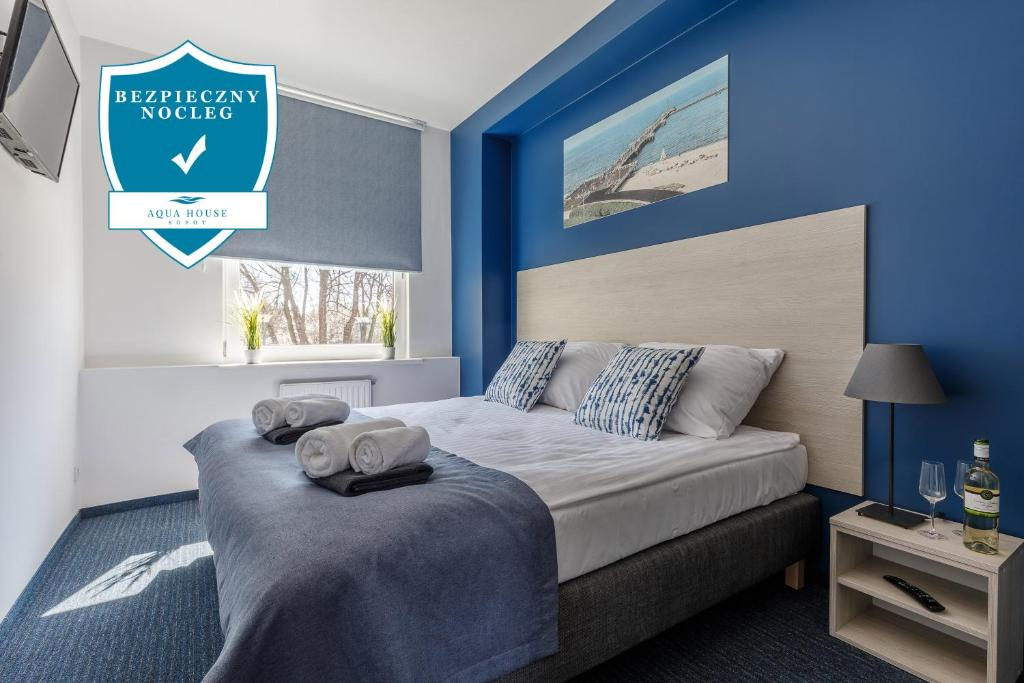 A bed or beds in a room at AQUA HOUSE