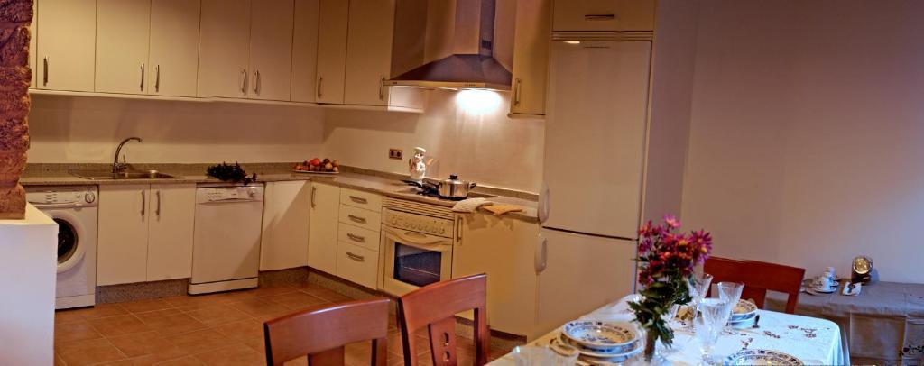 A kitchen or kitchenette at O Caseiro de Riba