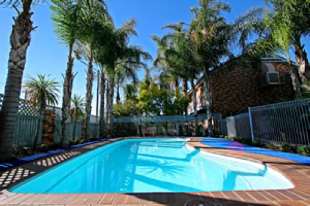 The swimming pool at or near Cattlemans Country Motor Inn & Serviced Apartments