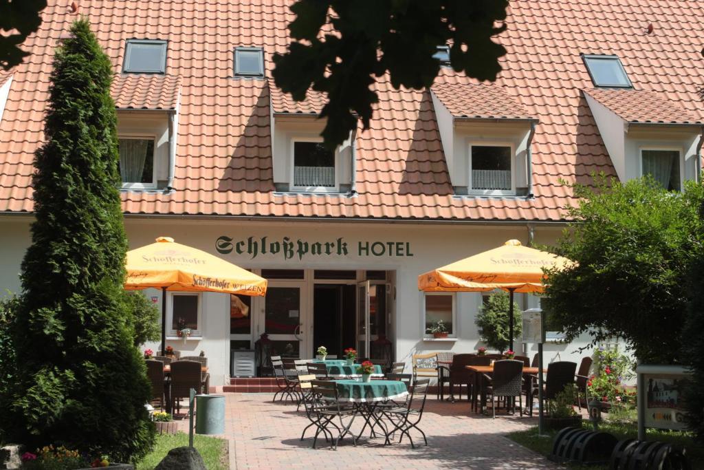 Ein Restaurant oder anderes Speiselokal in der Unterkunft Schlossparkhotel Sallgast