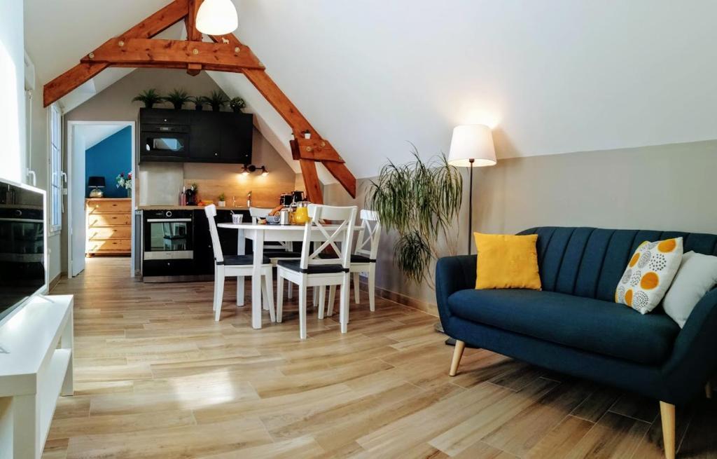 A seating area at Le petit Mérinos - Rambouillet -