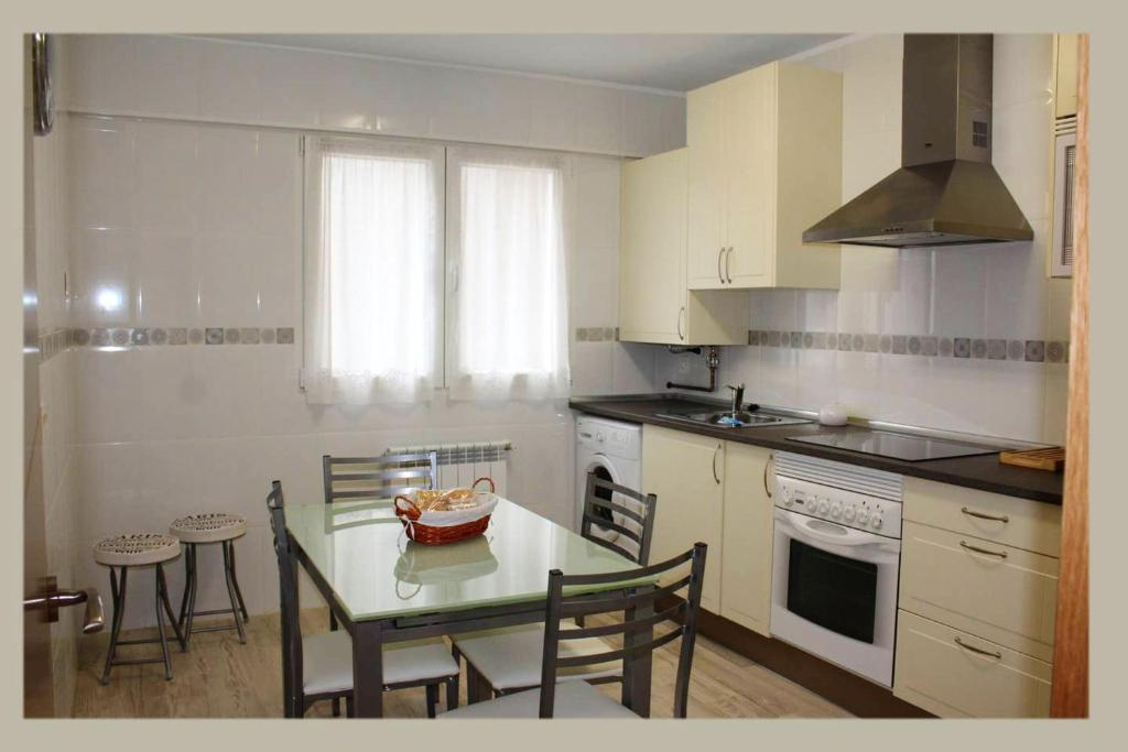 A kitchen or kitchenette at Apartment with 3 bedrooms in Oviedo with WiFi 28 km from the beach