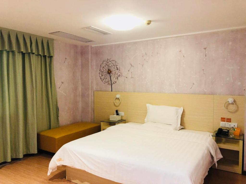 A bed or beds in a room at 7Days Inn Panyu Square Shilian Road Branch
