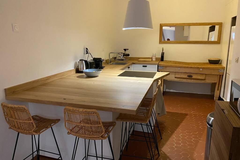 A kitchen or kitchenette at Deux étages au Panier
