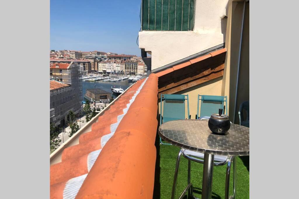 A balcony or terrace at Loft du Vieux Port Terrasse Rooftop et parking