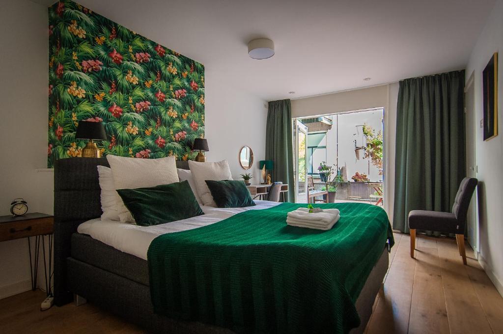 A bed or beds in a room at Bed en Borrel Het Wijnhuis
