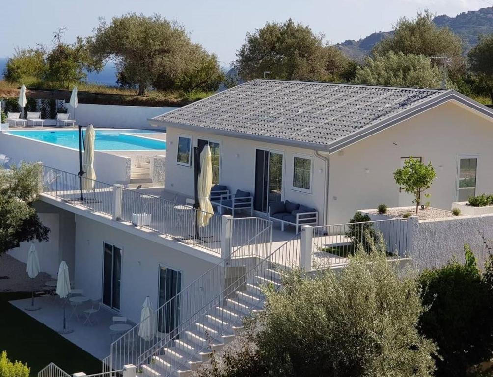 Vista sulla piscina di Villa Infinity ∞ o su una piscina nei dintorni
