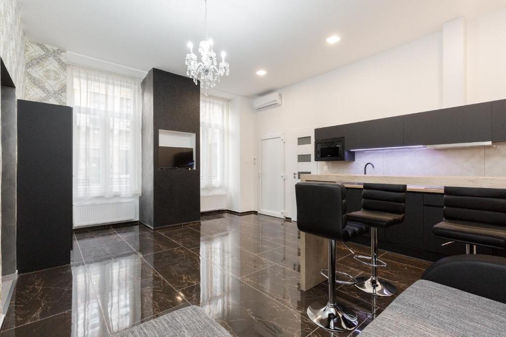 Kuchyň nebo kuchyňský kout v ubytování The H4 Executive Apartments