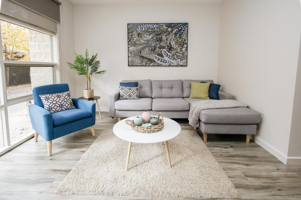 A seating area at Shepparton Lakeside Serviced Apartment