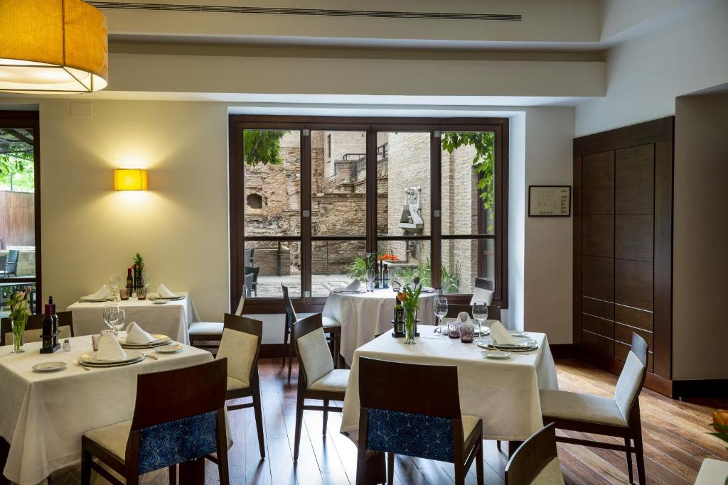 A restaurant or other place to eat at Parador de Granada