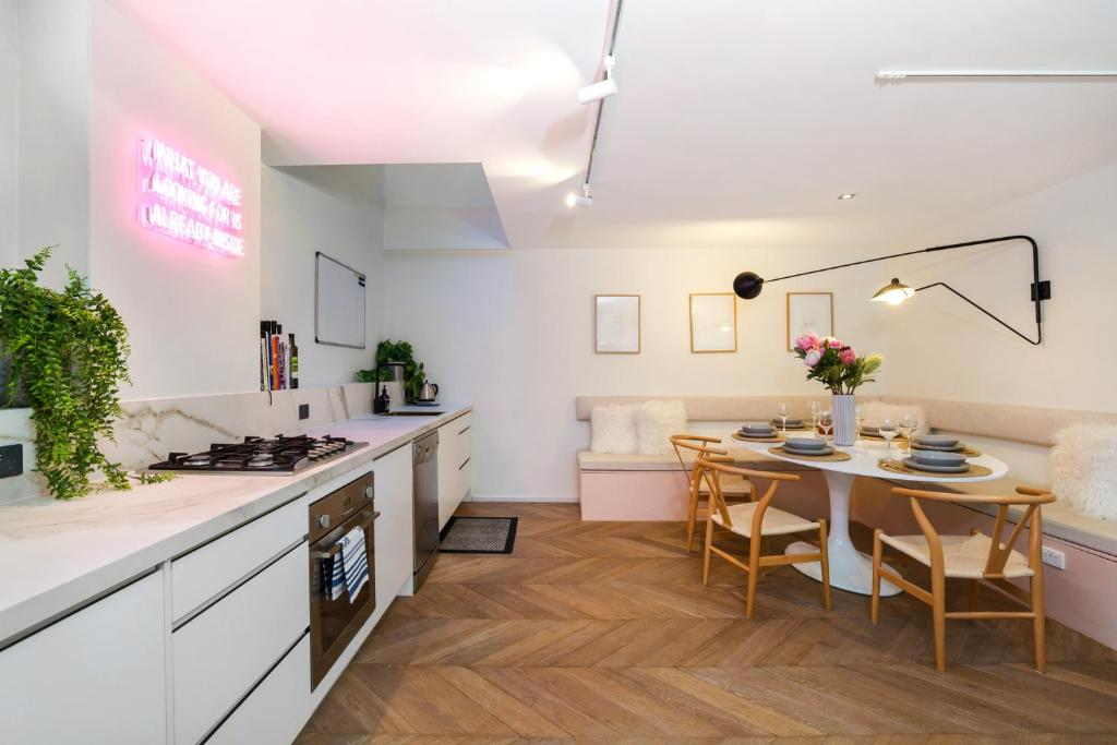A kitchen or kitchenette at Enjoy Cafe Culture From Chic Warehouse Conversion