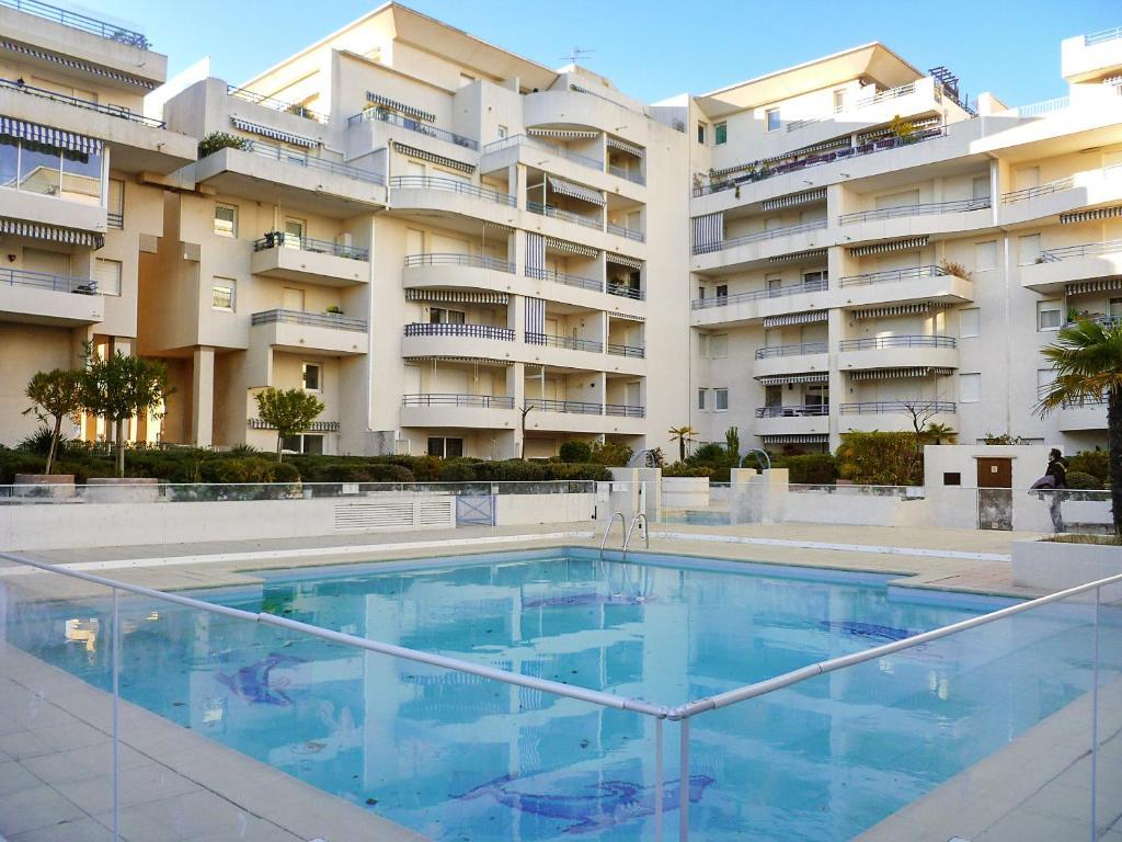 The swimming pool at or near Appartement d'une chambre a Frejus avec magnifique vue sur la ville piscine partagee et balcon a 300 m de la plage