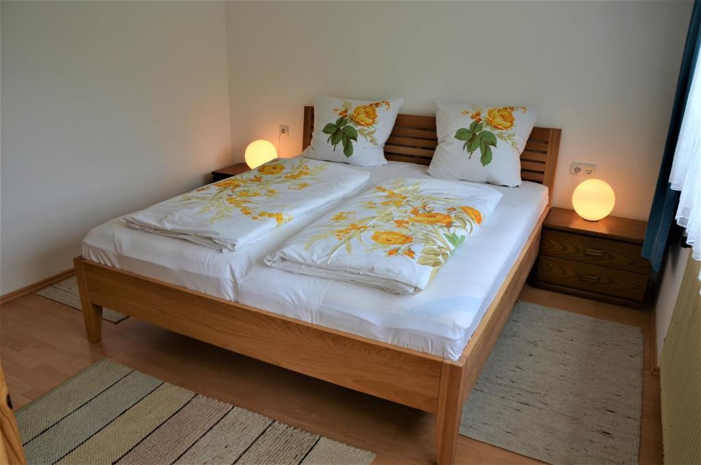 Ein Bett oder Betten in einem Zimmer der Unterkunft Ferienwohnung Walgaublick
