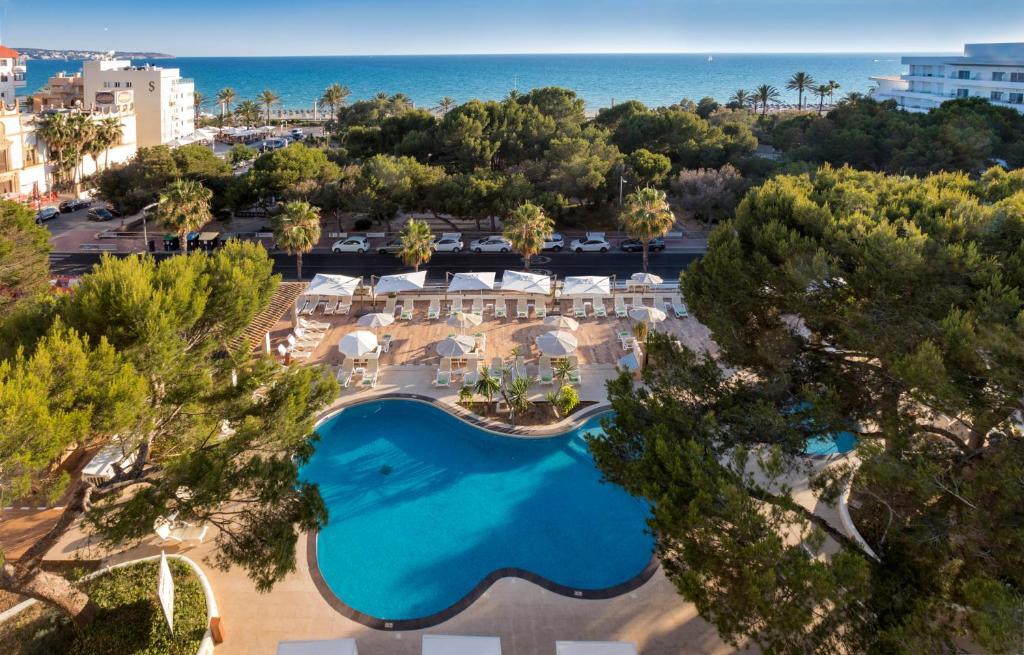 Vista sulla piscina di Houm Plaza Son Rigo o su una piscina nei dintorni