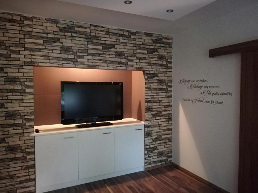 A television and/or entertainment centre at ARIEL Apartman
