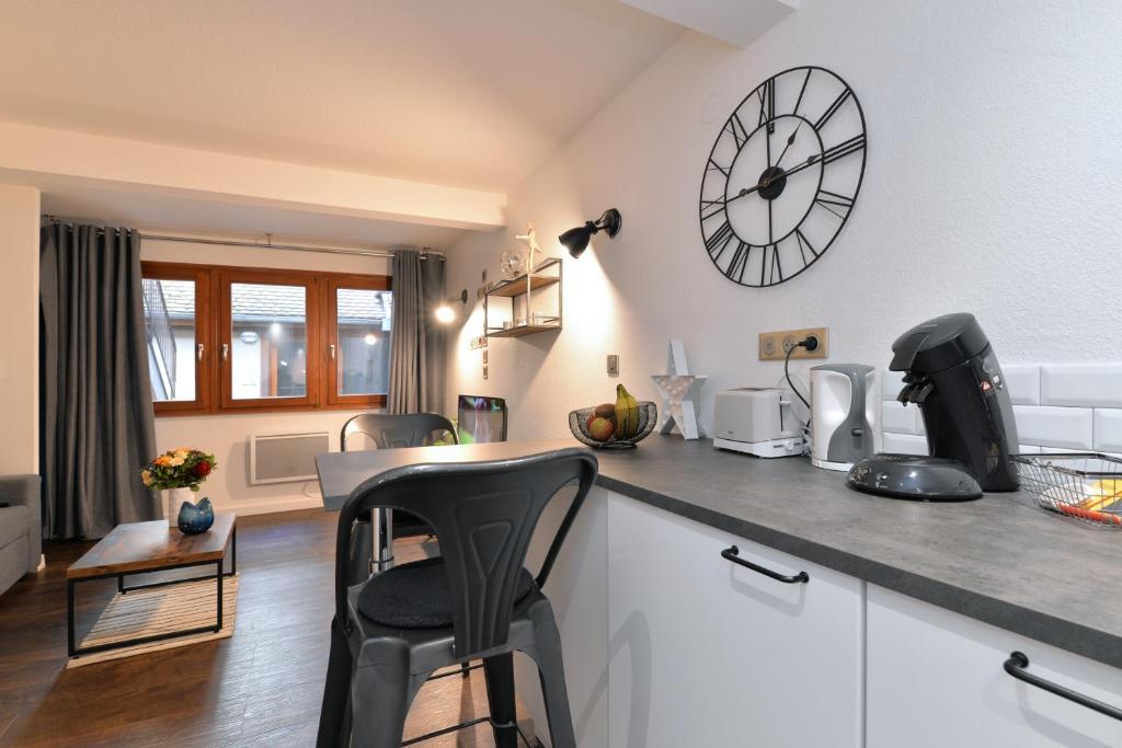 O bucătărie sau chicinetă la La Petite Terrasse du Centre