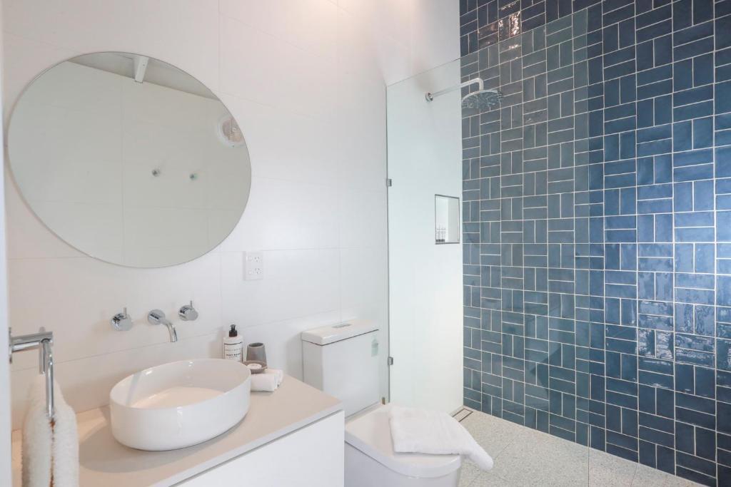 A bathroom at Port O' Call Motel