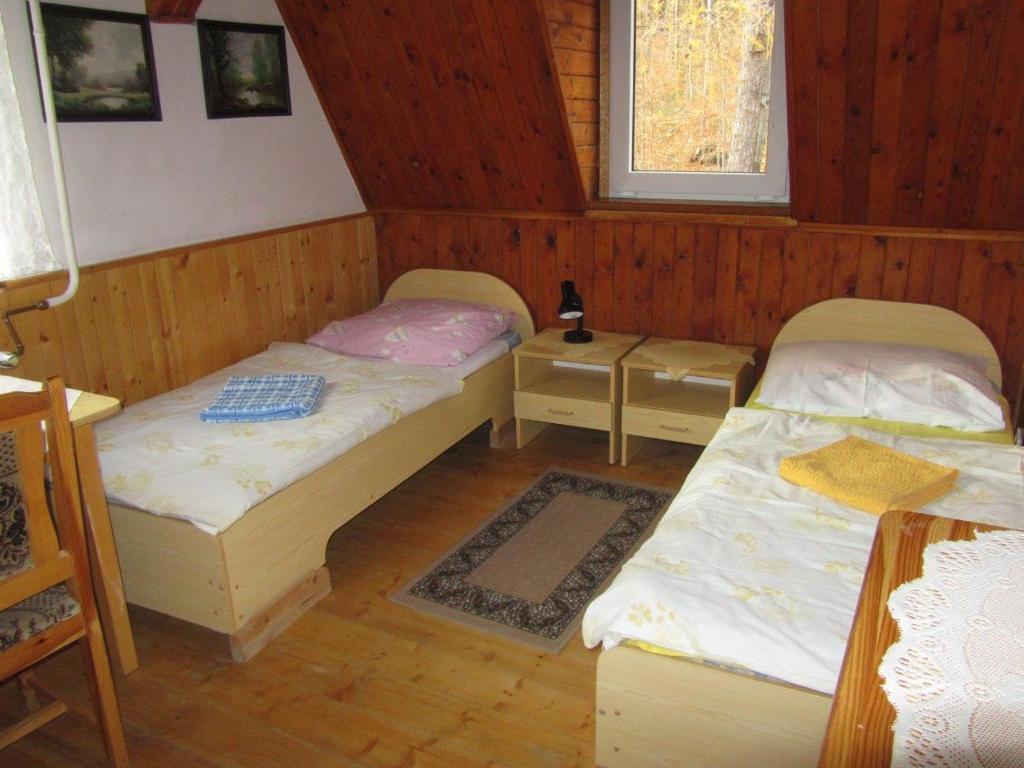 Łóżko lub łóżka w pokoju w obiekcie Pokoje LEŚNY GRÓD