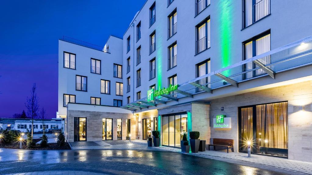 Der Swimmingpool an oder in der Nähe von Holiday Inn Munich - City East, an IHG Hotel