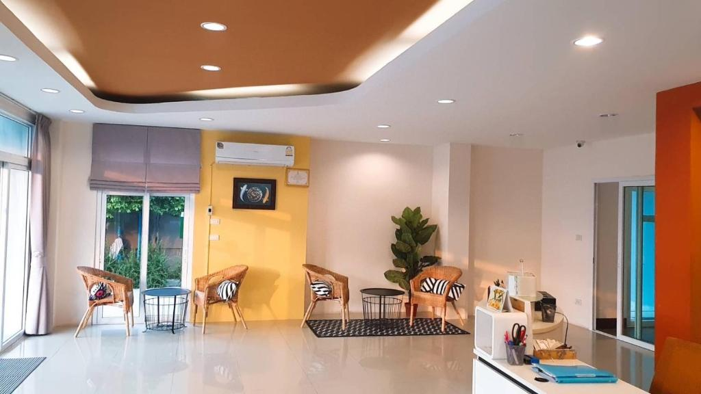 The lobby or reception area at Srinuan Living Hotel