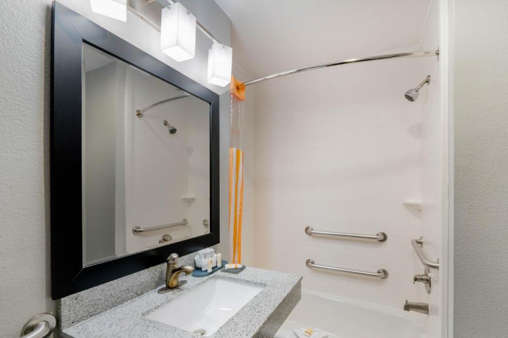 A bathroom at La Quinta by Wyndham Fort Worth Eastchase