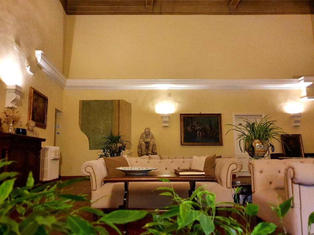 O saguão ou recepção de Hotel Annalena