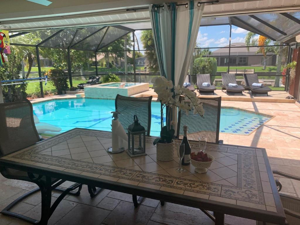 Der Swimmingpool an oder in der Nähe von Villa Endless Love