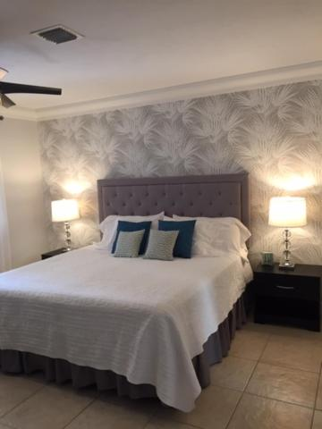 A bed or beds in a room at Beach Aqualina Apartments