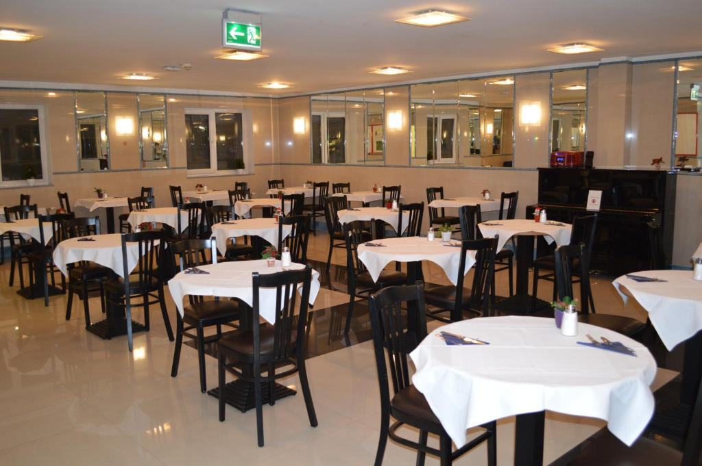 A restaurant or other place to eat at Hotel Donaustadt Kagran