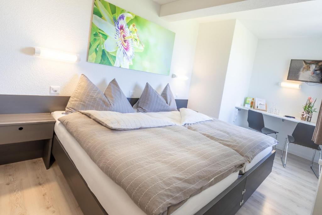 Кровать или кровати в номере Hotel Allegro Einsiedeln