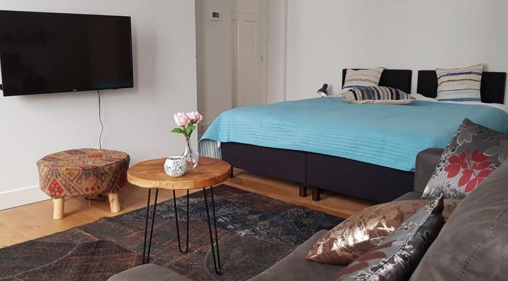 Een bed of bedden in een kamer bij Barbera Apartments Haarlem