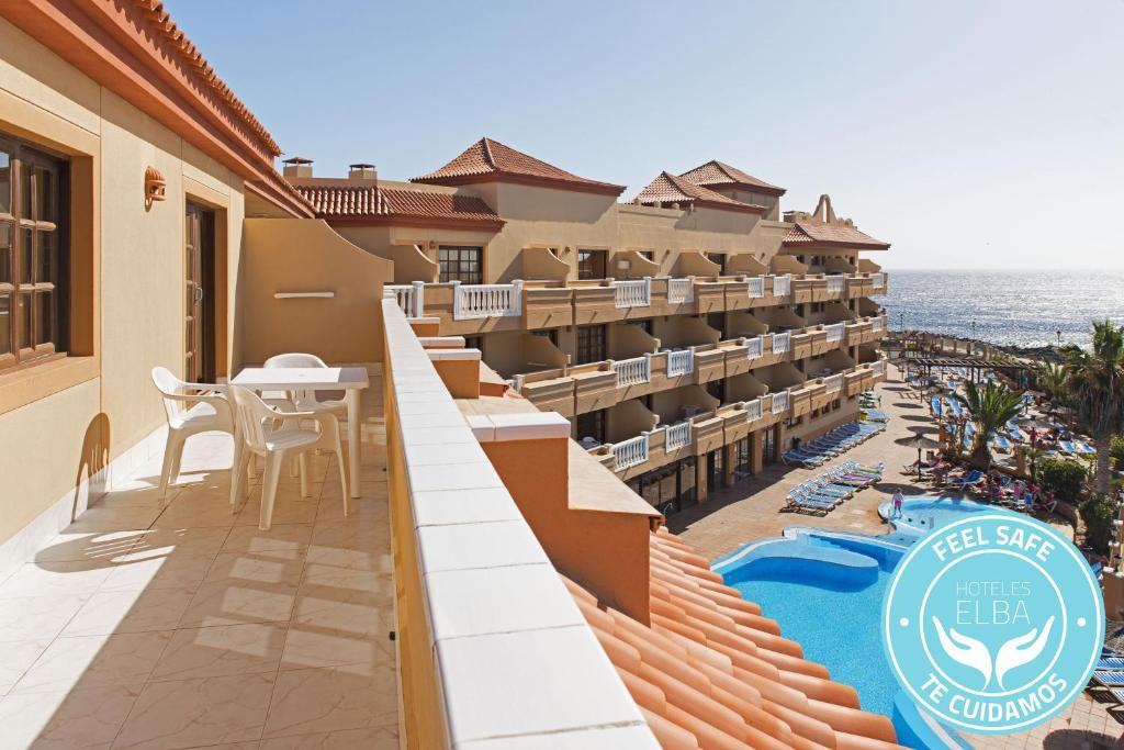 Uitzicht op het zwembad bij Elba Castillo San Jorge & Antigua Suite Hotel of in de buurt