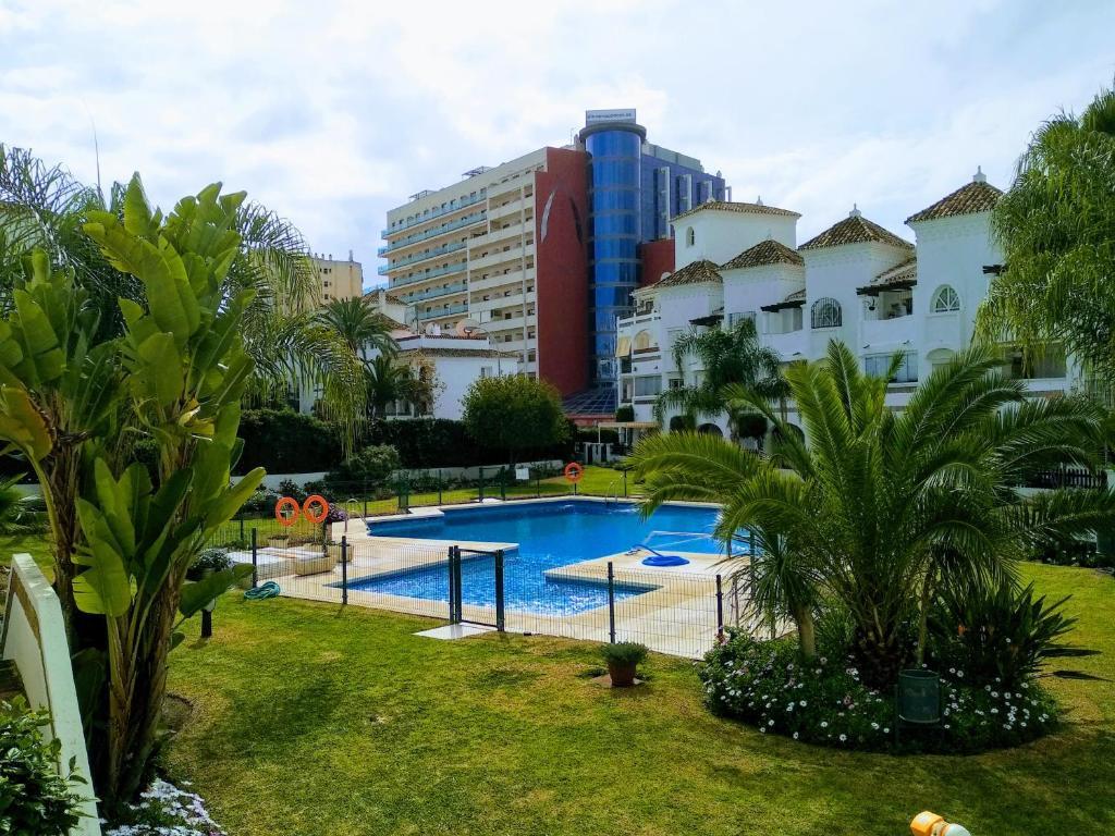 Apartamento con piscina y terraza junto a la playa