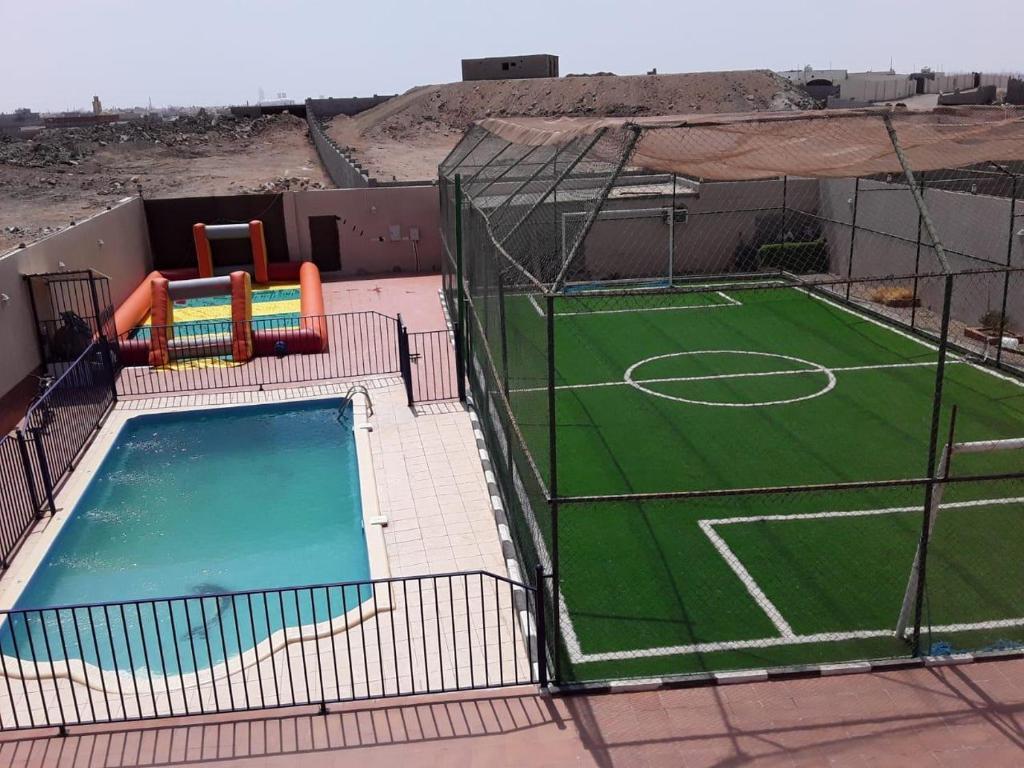 Uma vista da piscina em استراحة الرونق Al Rownaq chalet ou nos arredores