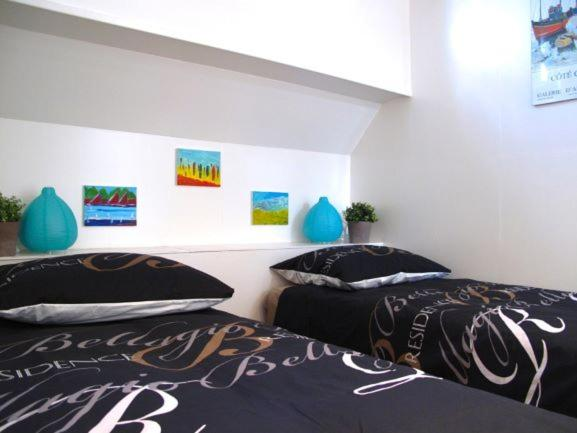 A bed or beds in a room at boat apartment Anna Rotterdam