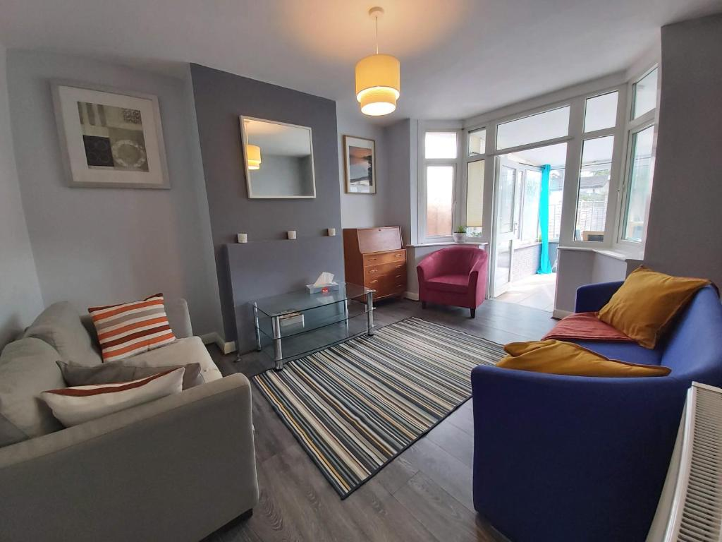 A seating area at Exton House -Huku Kwetu 4 Bedroom House- Luton Airport - Group Accommodation - up to 7 people