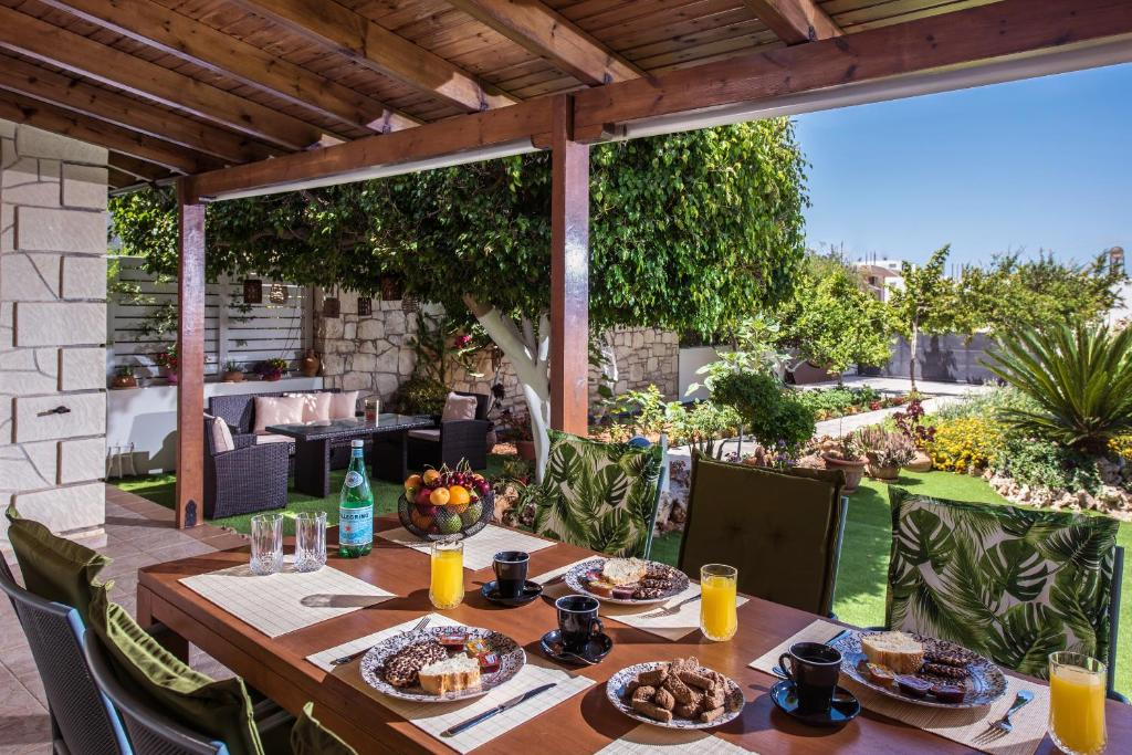 A restaurant or other place to eat at Heraklion Seaside Gem - Olia Private Retreat