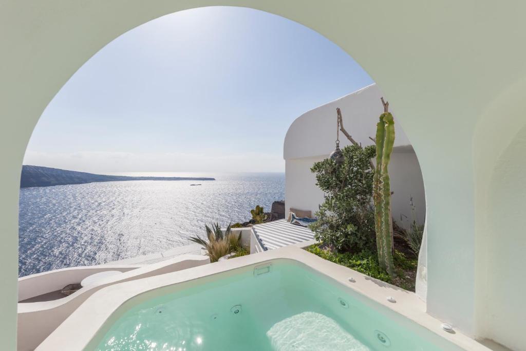 Der Swimmingpool an oder in der Nähe von Spitia Santorini Villa Collection