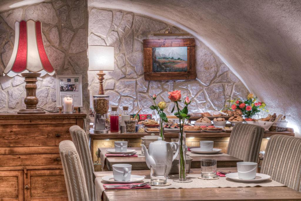 A restaurant or other place to eat at B&B Il Grottino Di Assergi