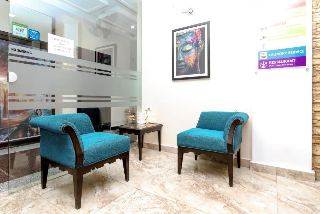 A seating area at Hotel Yog Vashishth