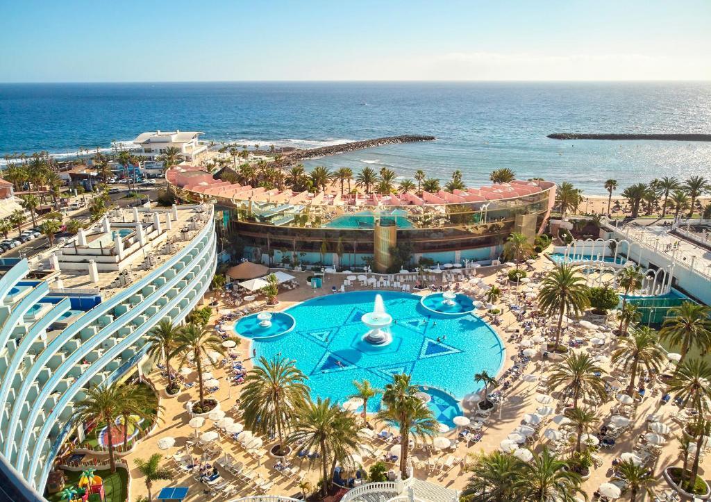 Vue sur la piscine de l'établissement Mediterranean Palace ou sur une piscine à proximité